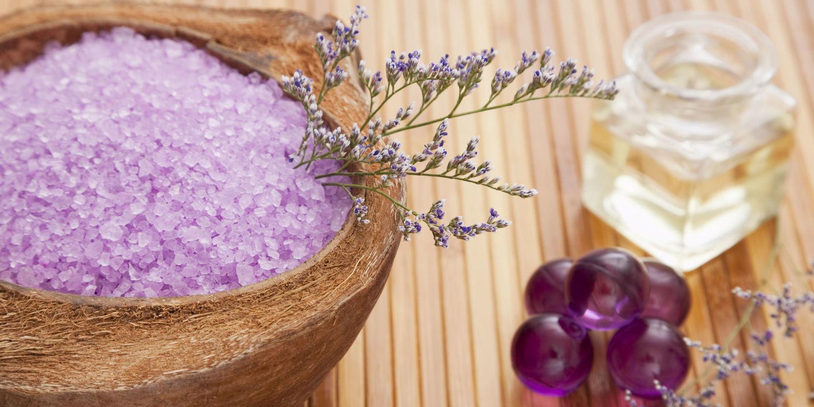La ricetta fai da te per fare in casa i sali da bagno frizzanti - Sali da bagno profumati ...