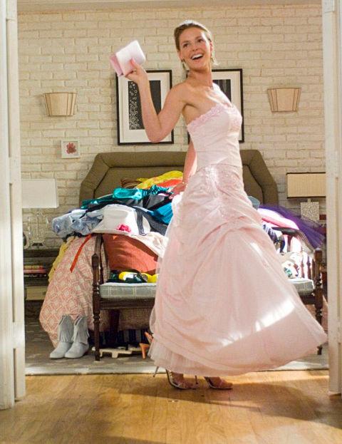 AKatharine Heigl è toccato fare da damigella VENTISETTE VOLTE-in una sfilza di abiti, ehm, unici, prima che potesse, finalmente,percorrere la navata della chiesa come sposa..
