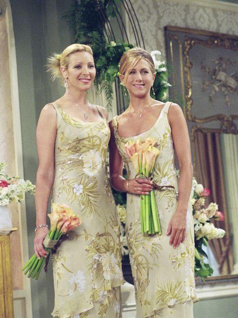 Monica ha pianificato il suo matrimonio al minimo dettaglio, quindi nessuna sorpresa devanti agli splendidi e raggiantioutfit da damigelladi Phoebe e Rachel (per dirla allaFriends, hehe) per quel giorno.