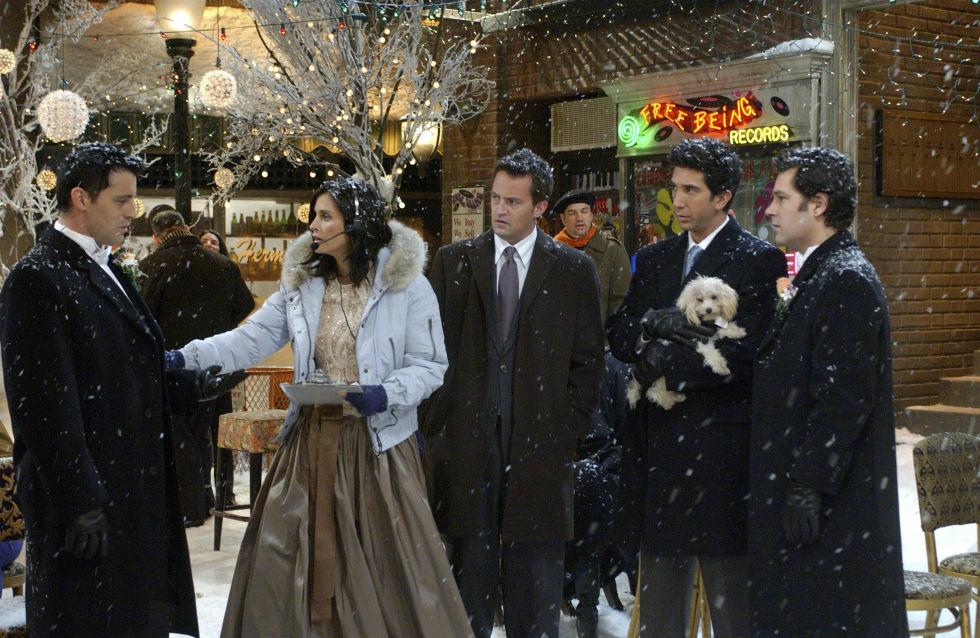 È dura creare dei look da damigella quando ti stai per sposare in mezzo alla neve. Fortunatamente Phoebe ha ragionato moltosu questo aspetto finendo con il vestire le sue damigelle con teneri esoffici piumini azzurri pallidi