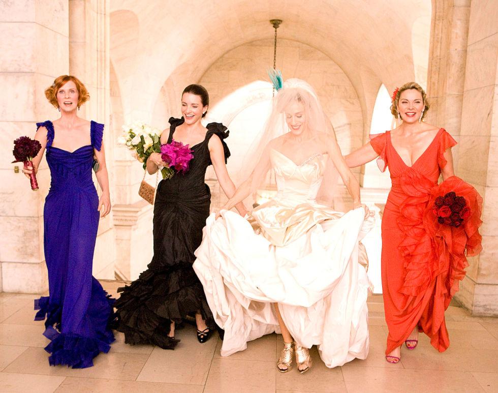 Per allinearsi con il mitico abito da sposa di Carrie- una creazione di Vivienne Westwood- ci sono voluti tre abiti da damigella altrettanto stravaganti.