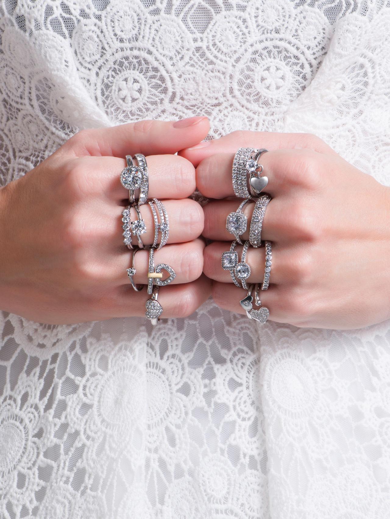 anello pandora corona indossato