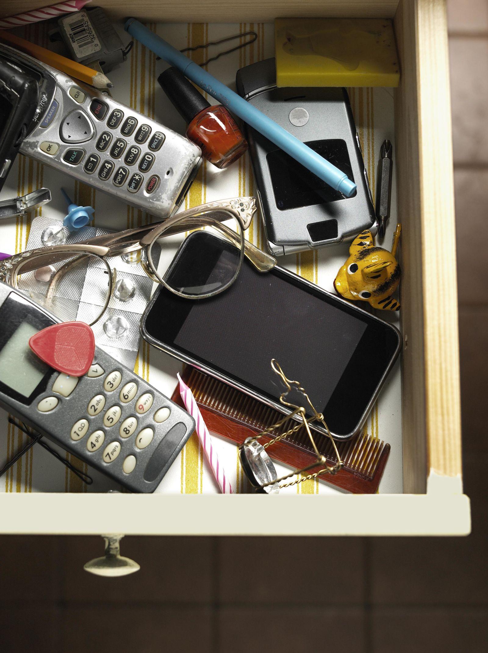 Картинки по запросу Сотовый телефон bedroom Decoration disasters: Remove This From Your Bedroom Immediately 1475566262 bedroom technology