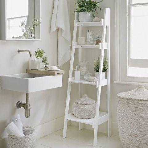 se il bagno non ha spazio per mobili chiusi c unaltra soluzione che offre comodi scaffali