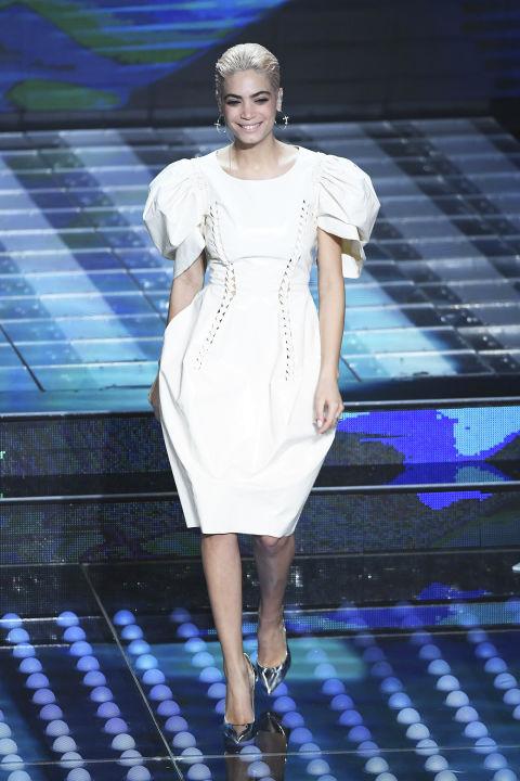 E' LA STAMPA  BELLEZZA!!!!!!! - Pagina 39 Sanremo-2017-look-bucce-di-banana-vestiti-elodie