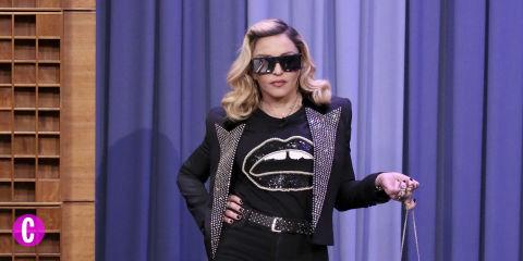 Madonna in economy, è virale la foto della star in un volo low cost