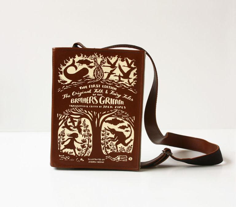 La borsa a tracolla con la copertina del tuo libro del cuore è da portare sempre con te