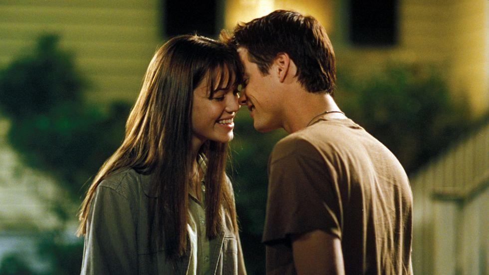 Descrive la relazione tra due adolescenti molto diversi fra loro, ma che finiscono per innamorarsi. Anche se i problemi appaiono ben presto, il film ci mostra che l'amore è in grado di fare cose incredibili, come cambiare una persona e far diventare qualcuno del tutto ammirevole.
